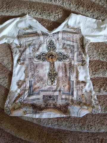 Vendo roupas com estampas religiosas