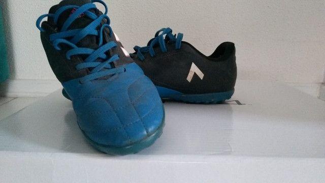 Chuteira Adidas Society ace 17.4 usada azul e preta, infantil numero 35 - Foto 3