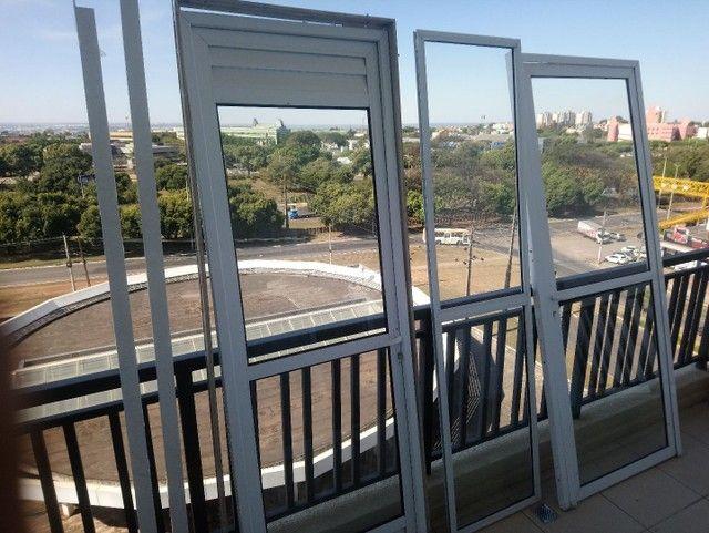 Conjunto de duas portas mais uma porta fixa, com vidros.  - Foto 5