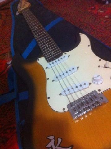 Guitarra semi nova de marca Shelter