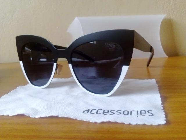 45d9313ae Óculos de sol Fendi - feminino - branco com preto modelo Kn5212 ...