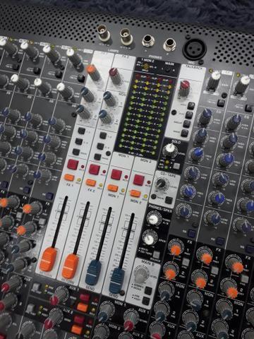 Mesa de som Behringer XL 2400 24 canais