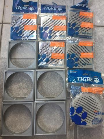 5 Grelhas Cromadas + 5 Porta Grelha e 1 Ralo Sifonado Cônico 100x40 Tigre. Produto Novo