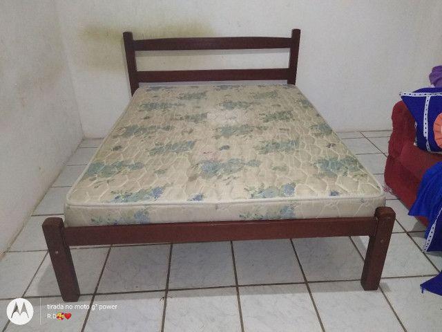 Cama com colchão e uma cama de madeira solteiro.  - Foto 2