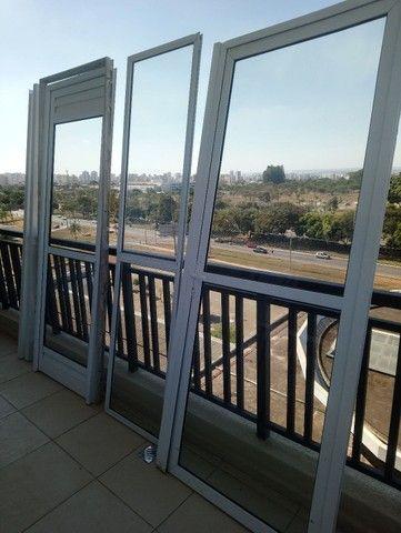 Conjunto de duas portas mais uma porta fixa, com vidros.  - Foto 3