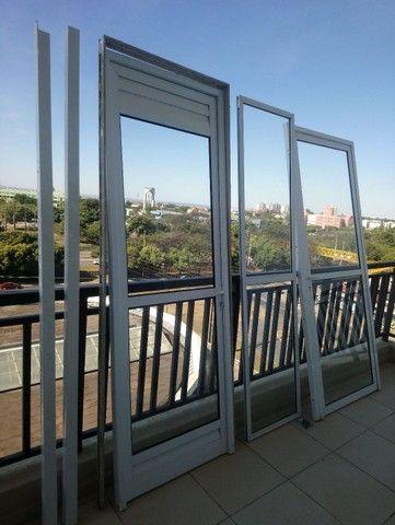 Conjunto de duas portas mais uma porta fixa, com vidros.  - Foto 4