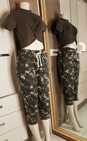 Blusa Croped Canelado e calça camuflada
