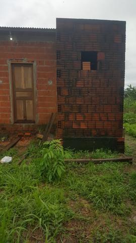 Terreno medindo 10×42 frente e fundo com rua, casa medindo 8x4 com banheiro, sem reboco - Foto 2