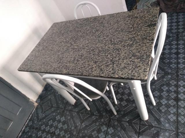 Mesa com 03 cadeira em boas condições - Foto 2