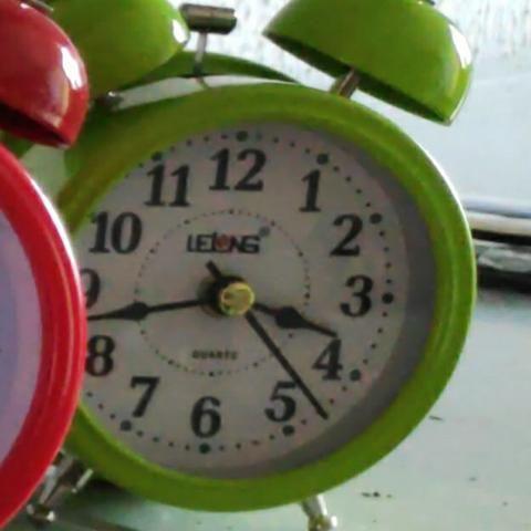 Relógio Despertador Analógico Lelong Retrô 2 Sinos Luz Interna LINDO - Foto 4