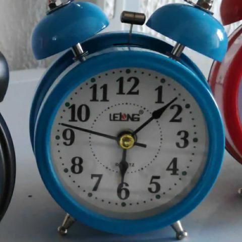 Relógio Despertador Analógico Lelong Retrô 2 Sinos Luz Interna LINDO - Foto 3