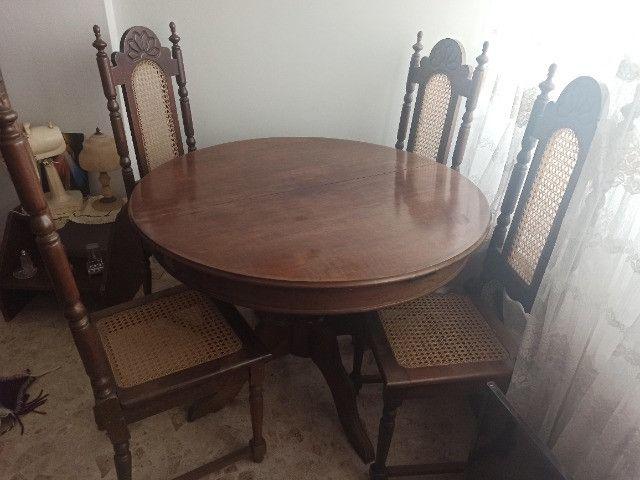 Mesa redonda extensível de madeira com 4 cadeiras - Foto 2