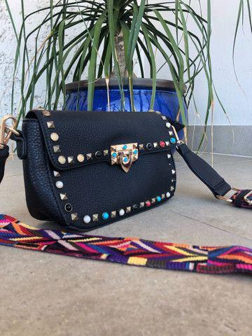 Bolsa de couro com alça multicolor