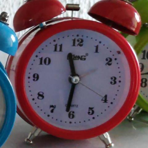 Relógio Despertador Analógico Lelong Retrô 2 Sinos Luz Interna LINDO - Foto 5
