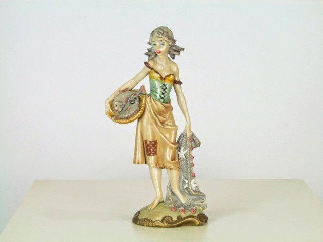Estatueta resina figura feminina