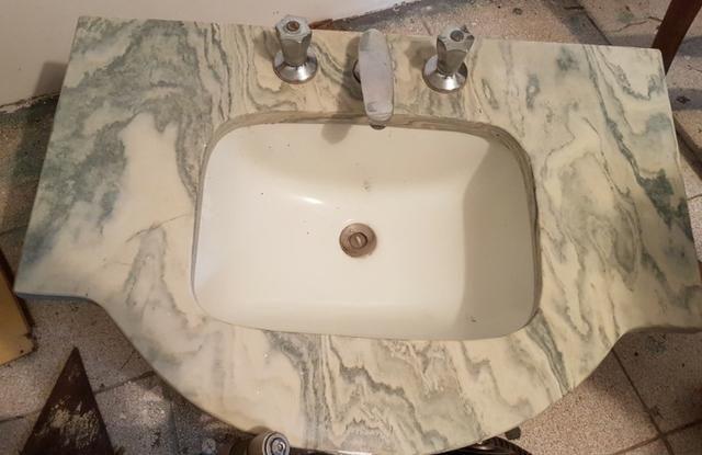 Pia com tampo de mármore