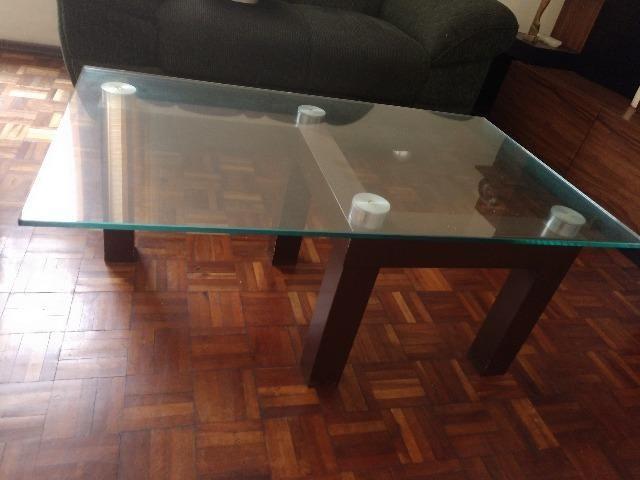 Mesa de centro com tampo de vidro temperado