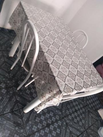 Mesa com 03 cadeira em boas condições