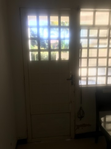 Vendo janelas e porta com vidros