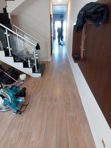 Faço colocação de piso laminado, vinílico, rodapés R$15,00 - Foto 6