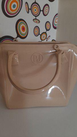 Bolsa Petite Jolie original, com uma pequena marca atrás