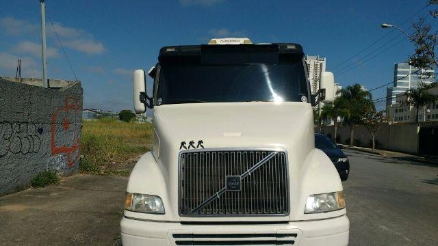VOLVO TRACTOR NH 12 6X2 380 2002