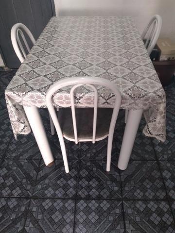 Mesa com 03 cadeira em boas condições - Foto 3
