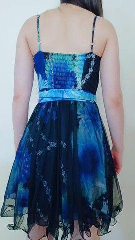 Vestido de festa azul e preto.