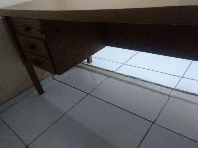 Mesa  para escritório com gavetas - Foto 3
