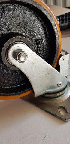 Rodízio Giratório Colson 300kg com freio  - Foto 5