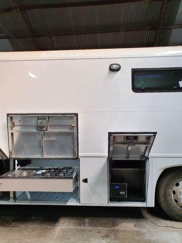 Onibus com montagem para motorhome personalizado