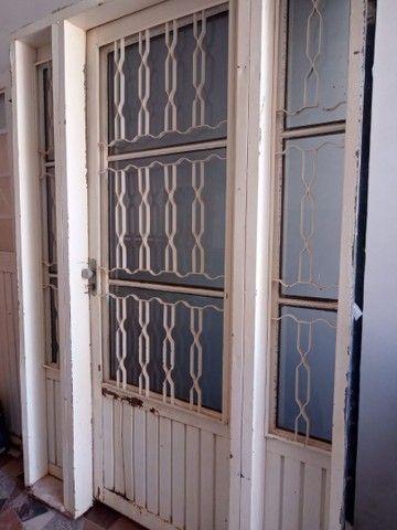 Uma porta e duas janelas