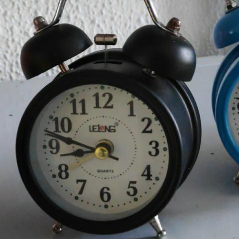 Relógio Despertador Analógico Lelong Retrô 2 Sinos Luz Interna LINDO - Foto 2
