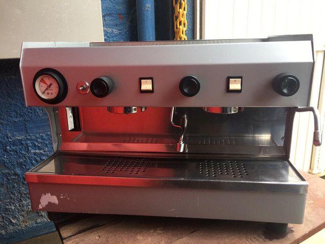 Máquina de café espresso, com moinho, marca FAEMA, 02 grupos. - Foto 2