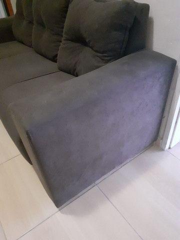Sofá três  lugares  cor marrom  às almofadas removidas