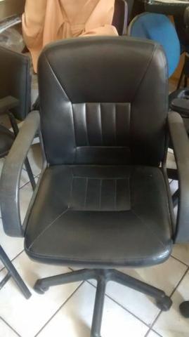 Cadeira giratória em couro com braço