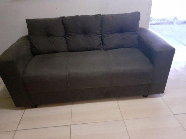 Sofá três  lugares  cor marrom  às almofadas removidas   - Foto 3