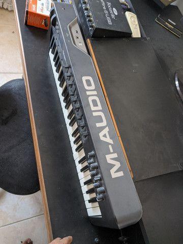 M-audio oxygen 49 em bom estado capinha e pedal sustain  - Foto 5