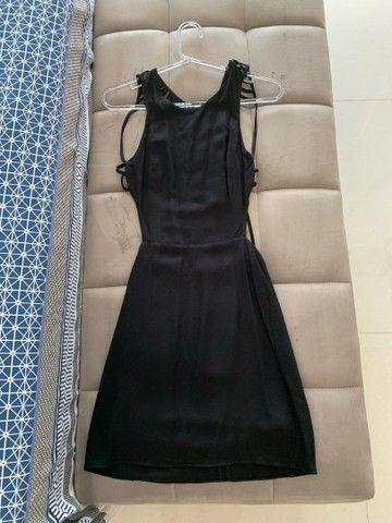 Vestido tubinho preto com detalhe nas costas