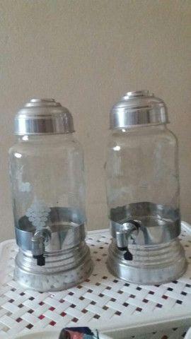 Duas suqueiras com dispenser em vidro e alumínio.