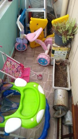 Vendo andador, motoquinha, carrinho de bebê,mesinha desmontável - Foto 2