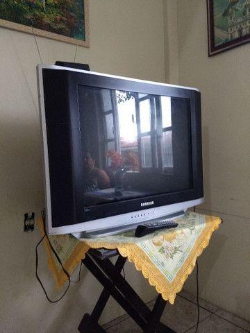 Televisão de tubo grande para retirada de peça