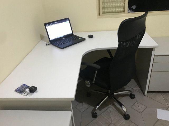 Mesa de escritório seminova e 1 gaveteiro - Foto 2