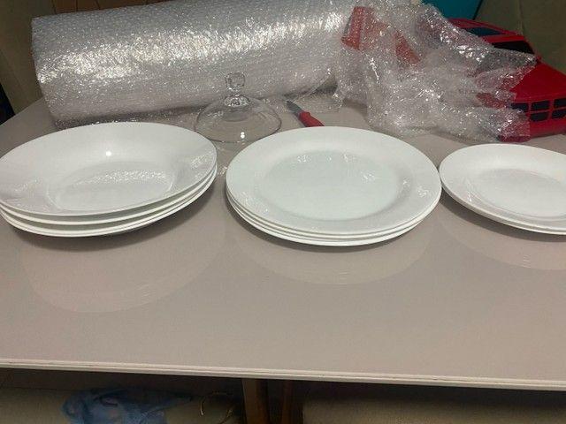 Jogo de pratos brancos duralex