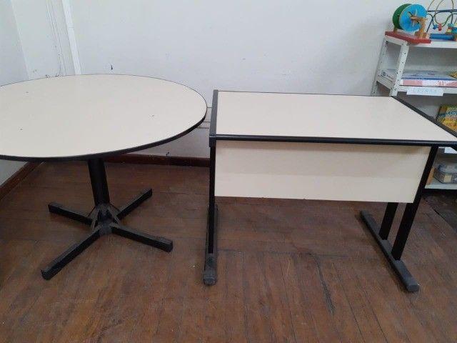 fundo de Escola com diversos mobiliários de escritório