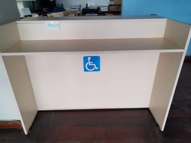 fundo de Escola com diversos mobiliários de escritório  - Foto 2