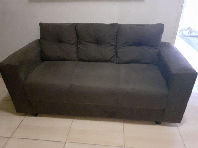 Sofá três  lugares  cor marrom  às almofadas removidas   - Foto 2