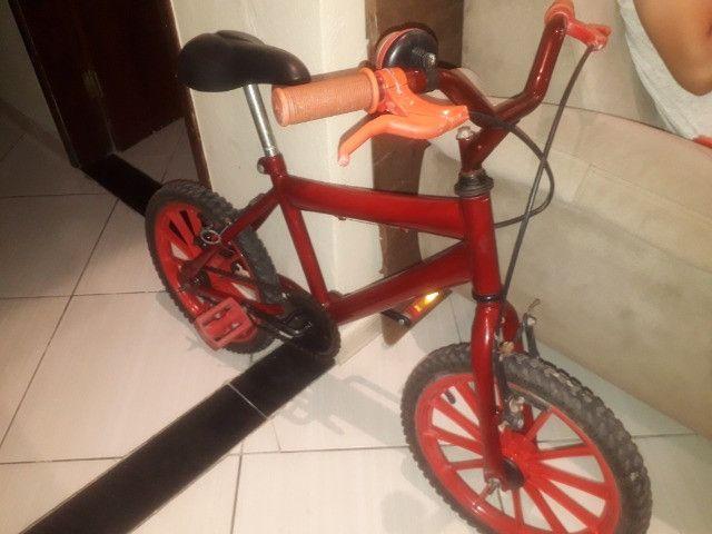 Bicicleta infantil vermelha