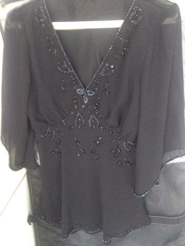 Blusa preta de voil bordada - Foto 4