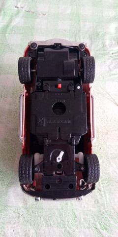 Caminhonete vermelha de brinquedo . - Foto 3